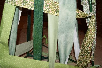 On attache des bandes de tissu au sommet et on les noue en bas.